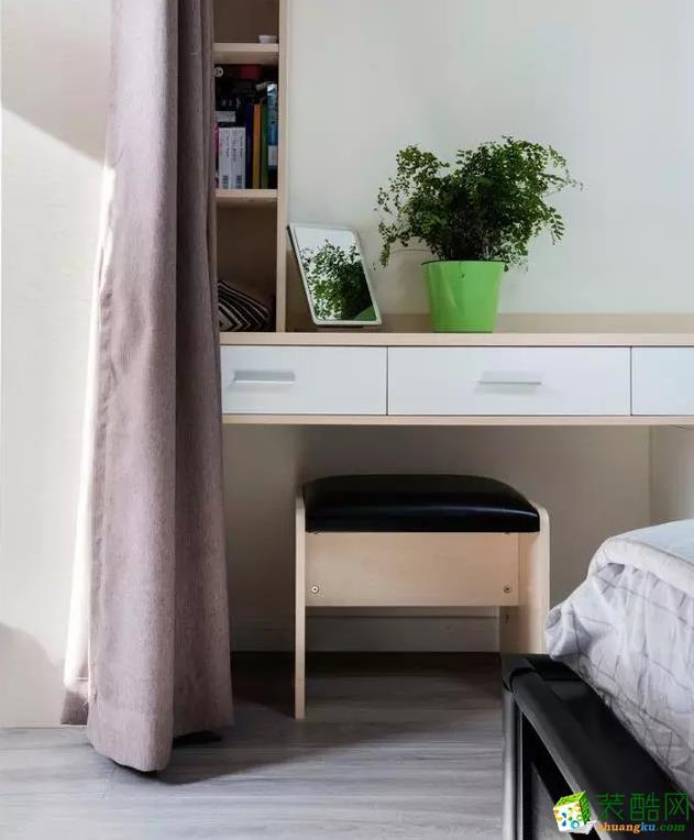 卧室 整套房子的装修看下来,让人感到特别的温馨、舒适。虽然面积只有71�O,但通过设计师各方面的巧妙设计和处理,让房间的格局变得空阔,不拥挤,储物方面也不用担心,到处都是整墙的柜子。 【爱森德装饰】68�O北欧风格装修效果图