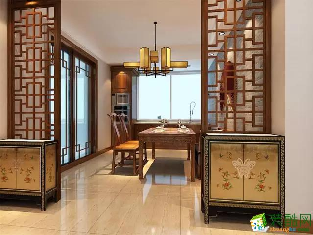 """中国传统居室非常讲究空间的层次感。 这种传统的审美观念在""""新中式""""装饰风格中, 又得到了全新的阐释, 需要做出分隔的功能性空间, 则采用""""垭口""""或简约化的""""博古架"""" 来区分; 在需要隔绝视线的地方, 则使用中式的屏风或窗棂, 通过这种新的分隔方式, 单元式住宅就展现出中式家居的层次之美。"""