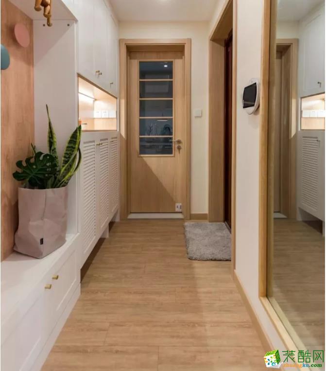 浅木色的门框,白色的鞋柜,然后再搭配一些绿植,这样的颜色组合显得特别温馨,时尚又耐看。