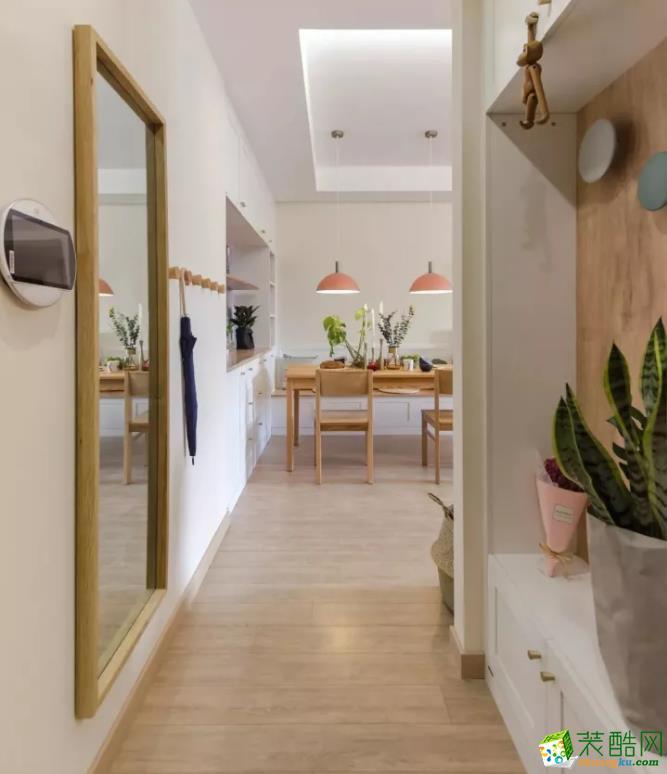 餐厅设计成卡座,一样是白色的餐边柜+卡座,原木色的餐桌椅,颜色的统一,让整个家看起来更整洁、美观。