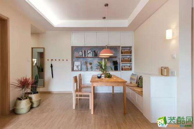餐边柜镂空墙面铺贴彩色六角砖,作为装饰显得别有味道。