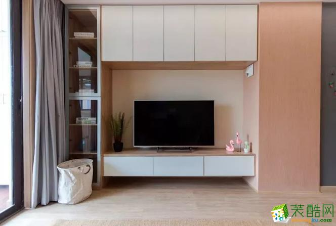 电视背景墙的设计以收纳为主,大面积的储物收纳柜,满足了储物的需求,也因此有了一个整洁干净的家。