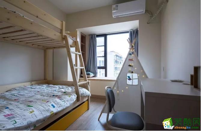 儿童房选用上下床,节省了空间,同时也满足了小朋友喜欢爬楼梯的喜好。