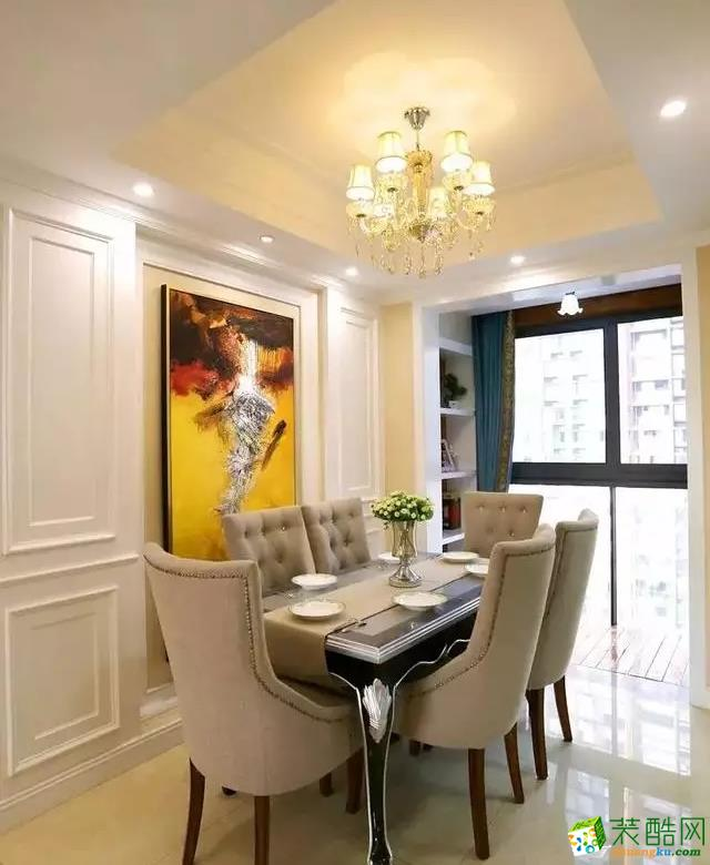 餐厅的面积也比较小,把阳台打通以显得更加宽亮;摆上现代古典的沙发,结合抽象派的装饰画,整体显得很优雅舒适;