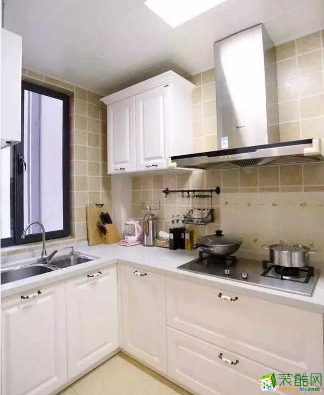 温馨实用的小厨房,在L型的布局显得尤其的实用,台面空间也是紧凑却又实用;