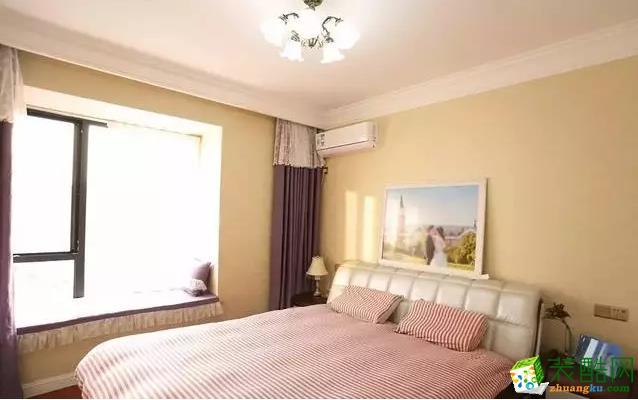 卧室以温馨暖调的浅黄色搭配,结合舒适的皮质床头,并在床头后摆一幅婚纱照,搭配上粉红条纹的床单,显得优雅情趣又浪漫;