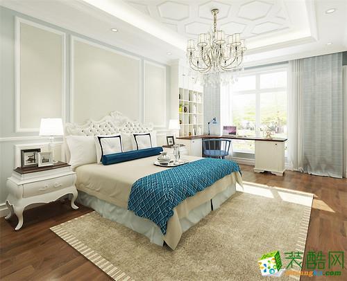 男孩子房以清爽的蓝色打底,纯白、浅灰辅助,使简洁空间带着稳重踏实,欧式元素的点缀,又将优雅低奢融入进来,窗台处通过格子架和相连的书台打造一方学习天地。