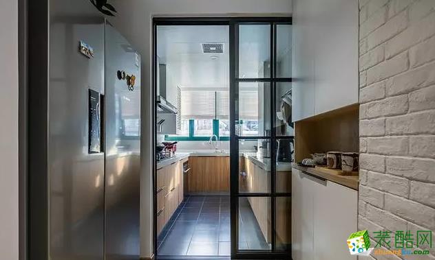 厨房以黑白灰相间的设计为主,搭配木色,真实自然又很好看。厨房呈L型布局,虽然结构有些紧凑,但是采光好,整体明亮。