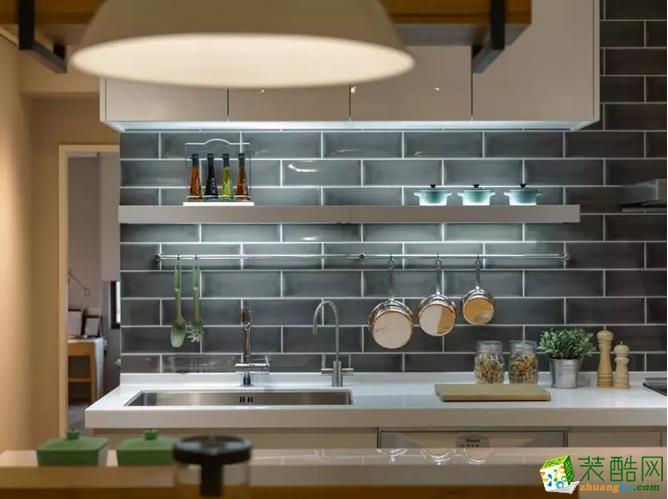 灰色的墙砖粉砌而成的墙面,摆放整齐有序的厨具,以平整的线条勾勒出带着小文艺气息的厨房天地。