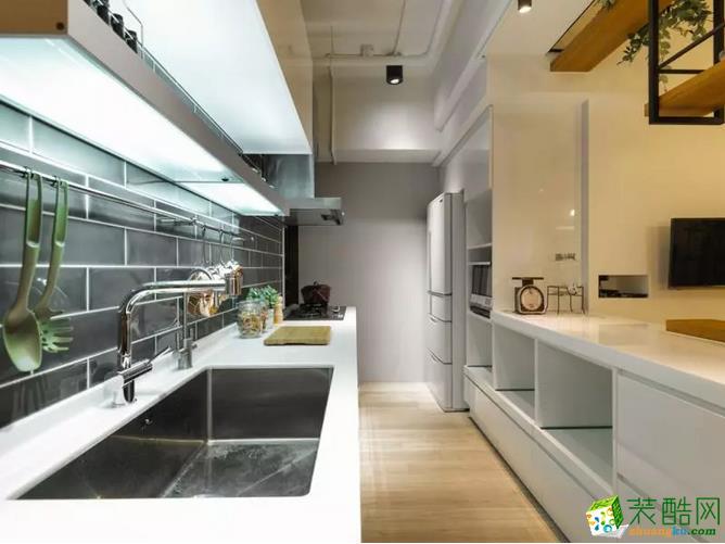 以白色为背景色调、开阔通透的厨房,在柔和的灯光下,绽放着明亮轻快的色彩。
