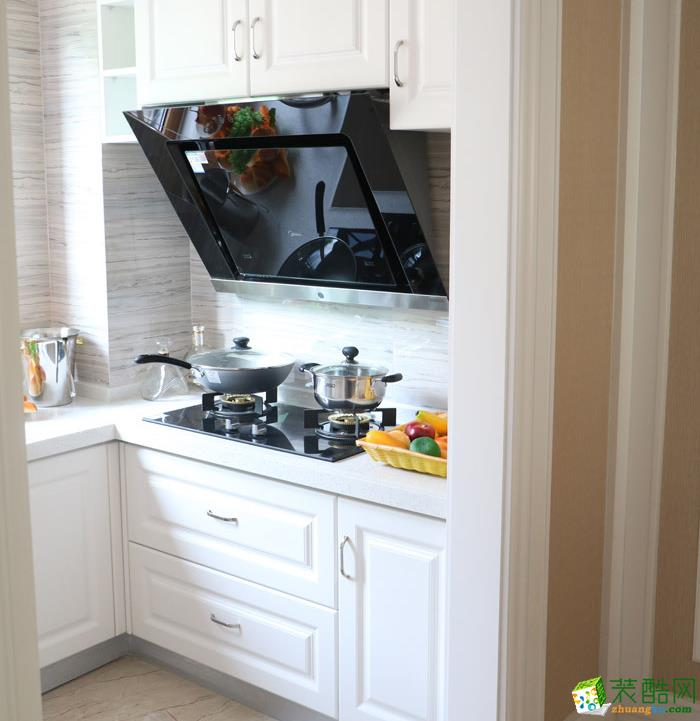 厨房铺贴树木纹理的瓷砖,一律采用象牙白的橱柜,简约、干净、清爽,浓郁的北欧风情。