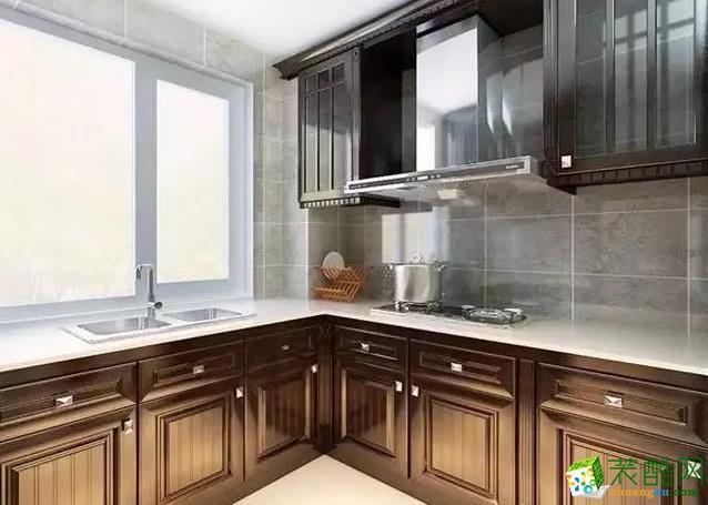 厨房,橱柜实木系列,搭配横纹瓷砖。