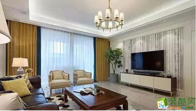 客厅有个大阳台,窗帘是黄蓝相拼,伴着白色纱幔,赏心悦目。电视背景墙也是非常有创意的设计。