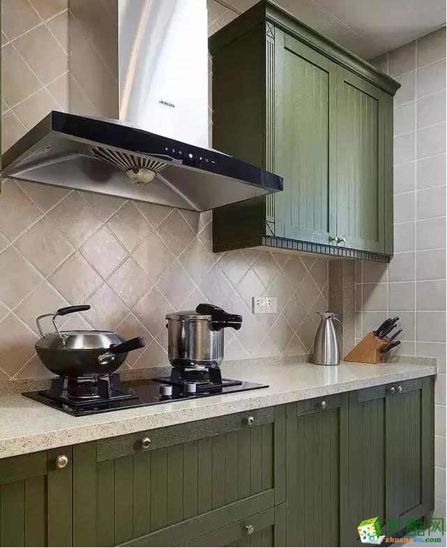 厨房的色彩也做了精心的搭配,打造出一种超有气质的格调。墙面上方柜子不用很多,够用就好。