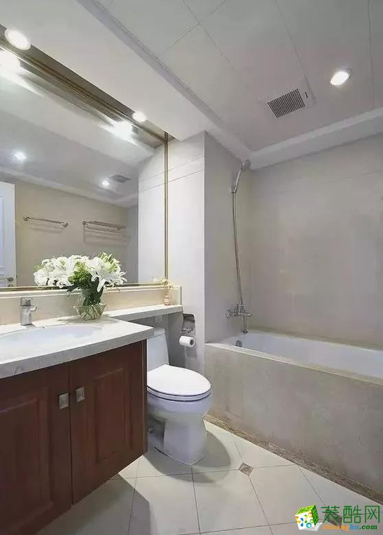 主卫装了花洒和浴缸,满足不同的沐浴需求,有条件这样装其实也蛮不错的。洗手台的台面一直延伸到马桶上方,更加实用。