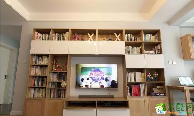 柜子、茶几、地板都是实木的,所以颜色很相近,搭配白色的墙面还是不错的选择。