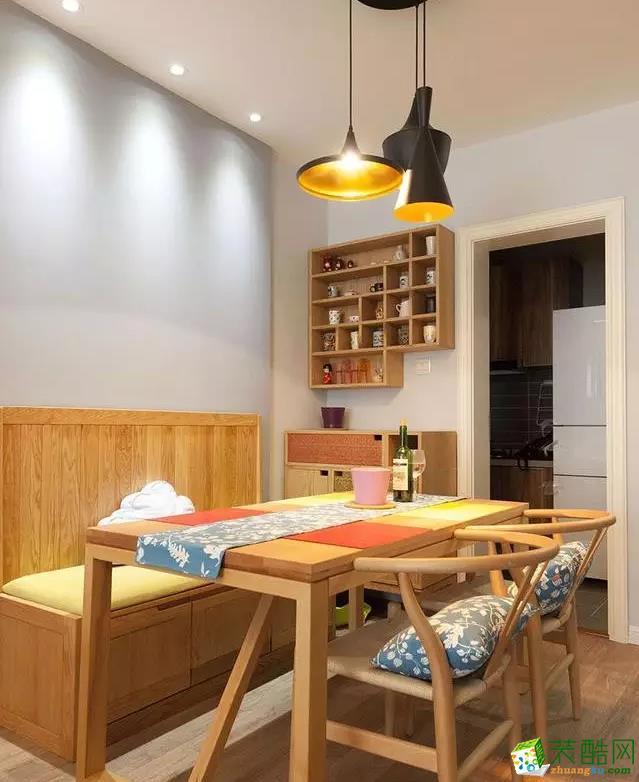 餐厅光源比较暖,橡木制作的卡座式座椅,又增加了储物功能。