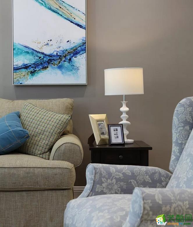 客厅 客厅最最重要的家具应该要属沙发了,所以建议大家挑选质量好一些的。斗柜上摆些好看的装饰品,更显品位哦。 【壹家定制装饰】125�O现代简约三室装修效果图