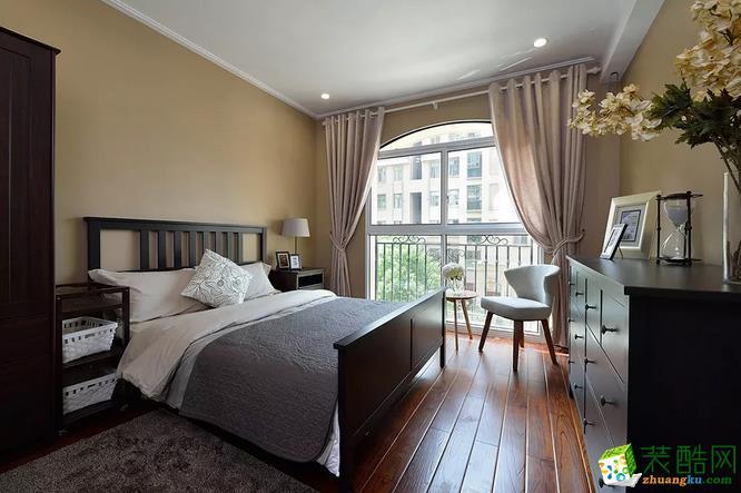 卧室 主卧有个不错的落地窗,所以屋子特别的明亮通透。木质地板,纹理清晰。实木卧床。斗柜,都搭配得好大气。 【壹家定制装饰】125�O现代简约三室装修效果图