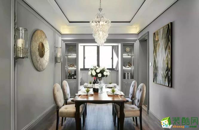 实木的美式餐桌,舒适的餐椅,在水晶灯的照耀下,熠熠生辉。