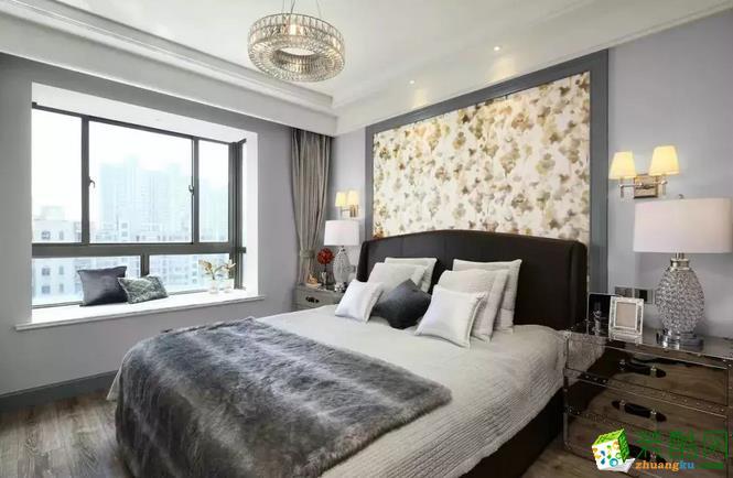 温馨的金色花纹墙纸作为背景墙,与左右两侧的壁灯互相融合。飘窗的设计,让光线毫无保留地洒进室内,让卧室充满温暖与阳光的气息。