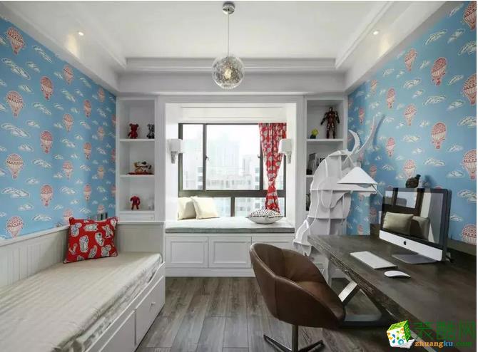 热气球图案的蓝色墙纸作为背景,木质的电脑桌,除了可以休息的飘窗设计,还有兼备收纳作用的卡座式座椅,一小方寸的空间,却有大大的世界。
