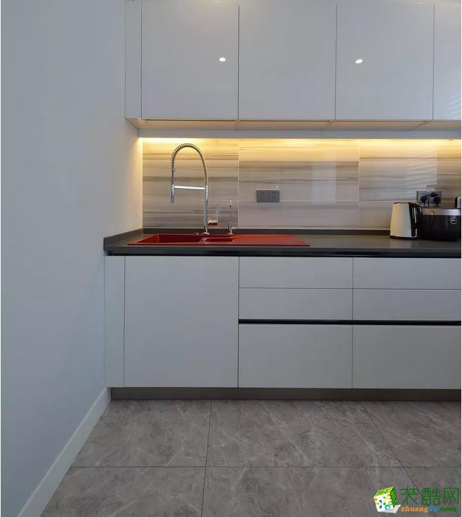 灰色色的大冰箱,易清理又防脏,搭配再这个现代时尚的厨房,显得格外的简约大方。