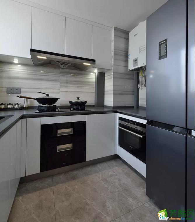清一色的橱柜,搭配浅色瓷砖,让空间简洁明亮又不显得单调,黄色的盒子尤为醒目。