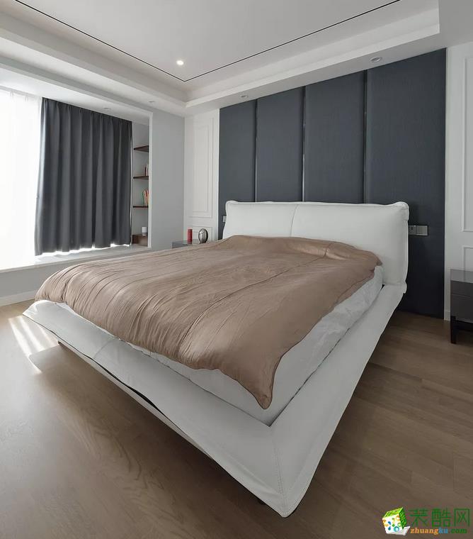 灰白的色调,搭配浅棕的地板和床褥,为主人营造安静祥和的休息氛围。