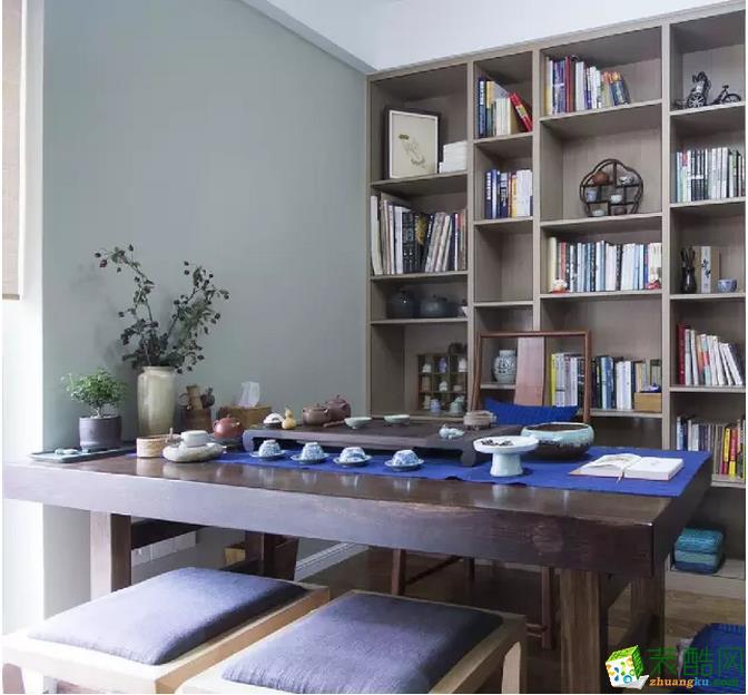 深色的置物架和桌椅让人能静下心来脸看书工作。
