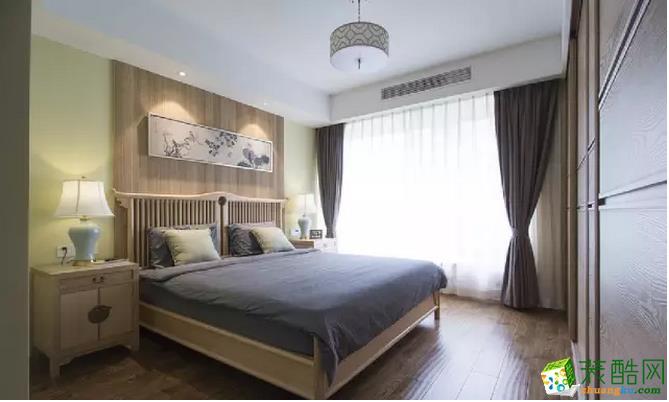 主卧的墙面选择了对称的设计,自带古典气息,木色的床头墙面更具有安全性。