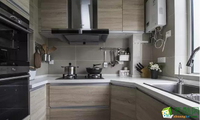 狭窄简洁的厨房一定是每一个爱做饭的朋友的追求,虽然料理台不够宽阔,但没有什么繁琐的装饰,打扫起来也不费力。