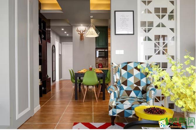 客餐厅之间错开部分,同时保持通透的格局+同样格调的仿古砖与墙面,整体空间感和谐大方;