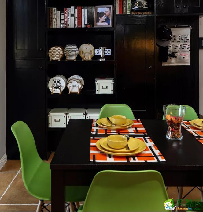 餐厅侧边的这个酒柜,作为收纳柜与书架用,黑色质感的柜体显得奢华庄重;