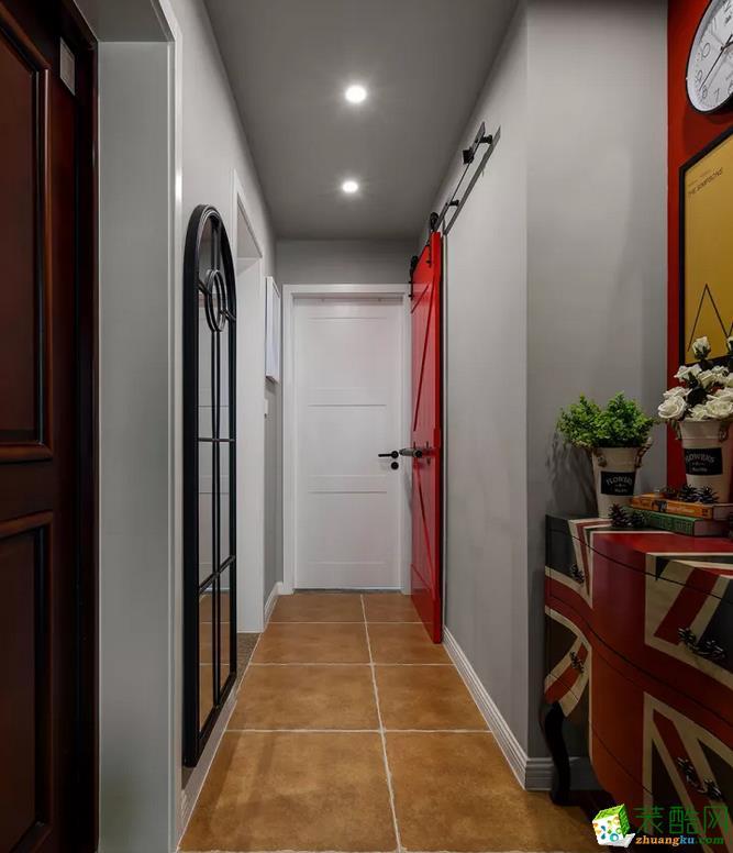 走廊右边摆了个复古调的米字旗斗柜,结合背后红色背景墙与黄色的挂画,同时这一侧的卫生间门也采用红色谷仓木的搭配,突显出激情又年轻的活力感;