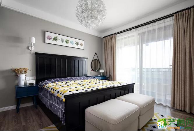 卧室灰色床头背景墙上挂衣服清新植物图案的横幅画,黑色实木床搭配一床鲜艳的床单,整个空间都给人以奢华而又俏皮的氛围感;