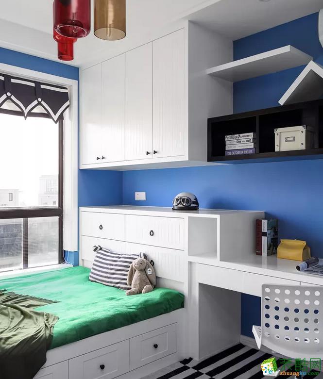 独特的衣柜,中间插入了黑色格架,上方一个M形的搁板,整体创意又新颖;