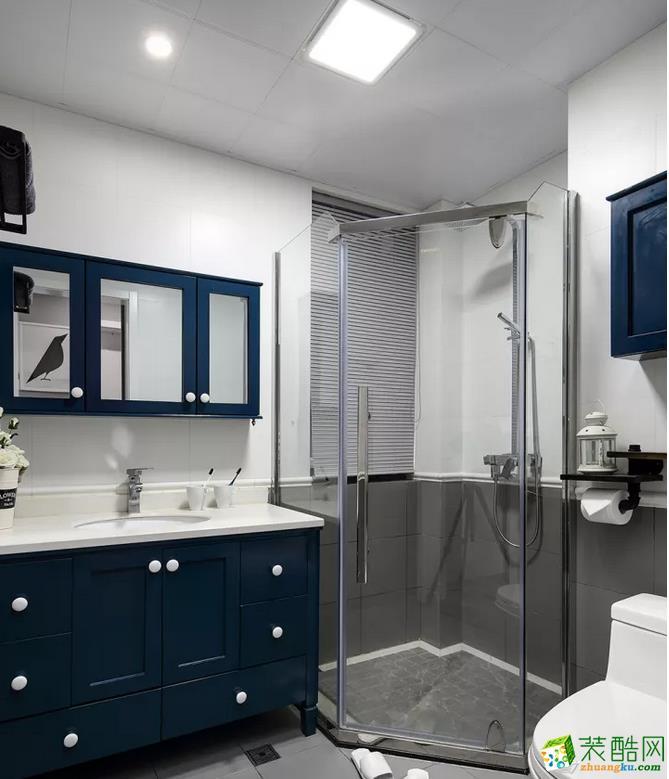 卫生间的柜门采用深蓝色,结合洁白的空间,灰色调的淋浴房,整个空间都显得格外的简洁大方。