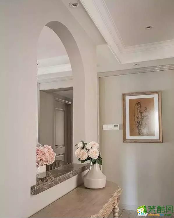 复古原木玄关柜子+浅色玫瑰,少也有浪漫和优雅。玄关隔断墙以拱形窗打通内外,精致大理石修饰台面,精致大气。
