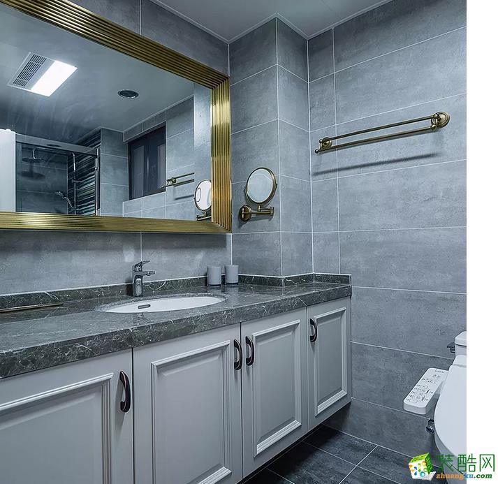 灰蒙蒙的卫生间用金色浴室镜简单点缀一下,就很有亮点了。虽然空间不大,但是考虑到以后的生活便捷性,做了个干湿分离。