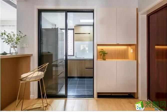 入户利用厨房的空间做了一组入墙式分体鞋柜,方便进门后置放钥匙等物件,局部留空加入灯带,增添入户光线与层次。