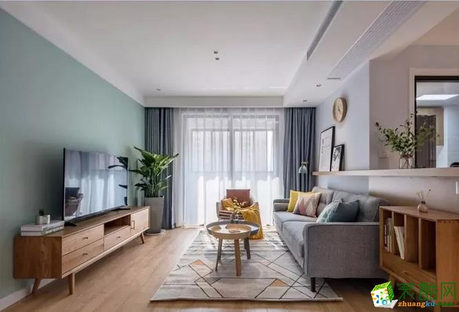 从入户至公共领域空间,整体通铺木质地板,简单吊顶,客厅采用无主灯设计,主要以点光源作空间照明,简洁利落。