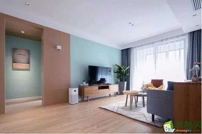 选用绿色系电视背景墙,搭配木色电视柜与侧面走廊设计相呼应,大盆绿植给空间增添生机。