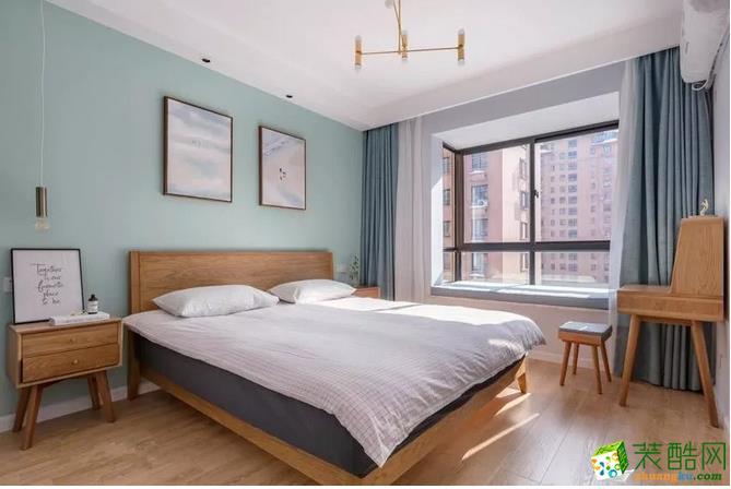沿袭了北欧风格的同时又融入现代元素,以简约线条代替复杂花纹。摒弃多余的装饰,让卧室变地更宽敞舒适。