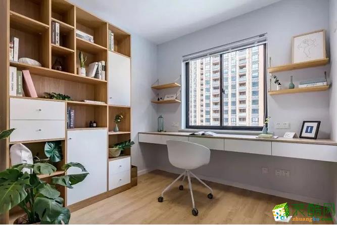 房主对书房更多的是对独立空间的需求,不管是用来调整情绪状态,还是用来思考工作。只要能让人放松的环境就很重要。书房利用墙体厚度借出了一排书柜,即使主人再喜欢收藏书籍,也不怕没地方放啦!浅色调的墙面搭配木色的家具,营造出舒适又静谧的工作氛围。