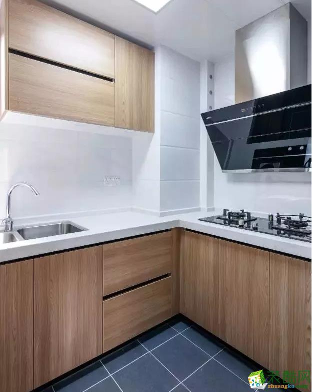 厨房占地面积小,小户型可以参考。收纳相对好,洗切煮一气呵成。地面铺贴深灰色瓷砖,墙面铺贴白色仿石纹瓷砖,橱柜拉手的隐形设计整体干脆利落。