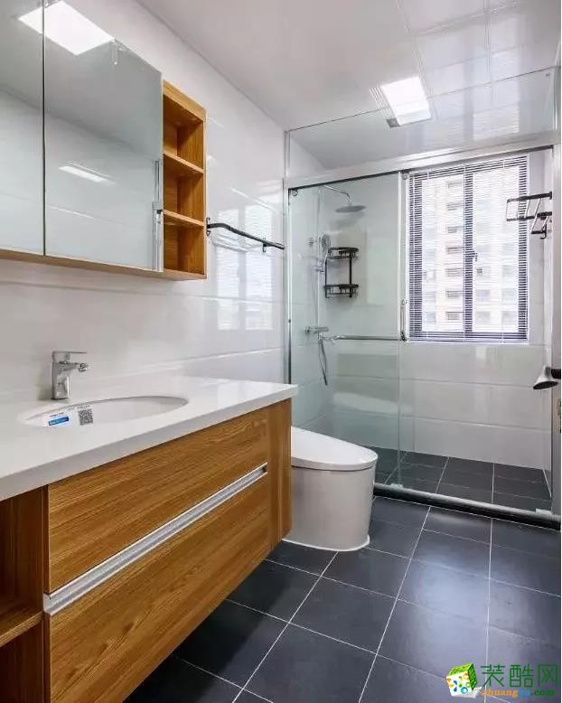 卫生间的干湿分离是常用的二式分离布局模式,地面通铺厨房同款瓷砖,宽大的木色台盆柜与镜柜呼应整体空间质感。