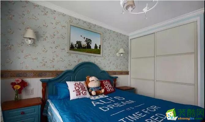 主卧的床头贴着儒雅精致的壁纸,堆成的壁灯搭配闪个婚纱照,墙脚处还装上护墙板,搭配上深蓝的床与床头柜,还有蓝色的床单,稳重优雅而又端庄大方;