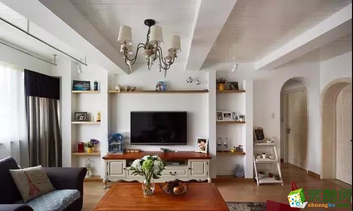 深蓝沙发主体,结合淡蓝+白色圆点的沙发垫,结合上几个欧美范的抱枕,搭配上暖木色的电视柜与茶几台面,典雅、高贵的气息无处不在;