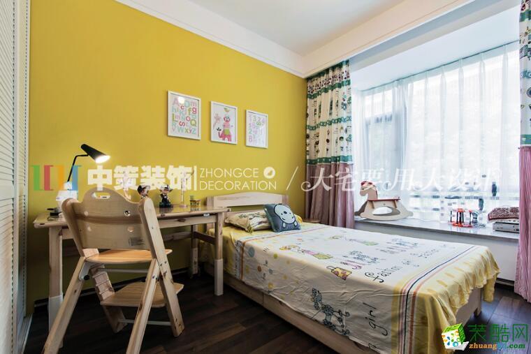 几间卧室都是采用了极简的设计风格,抛开累赘的装饰,满足生活的需求才是最关键的设计重点。
